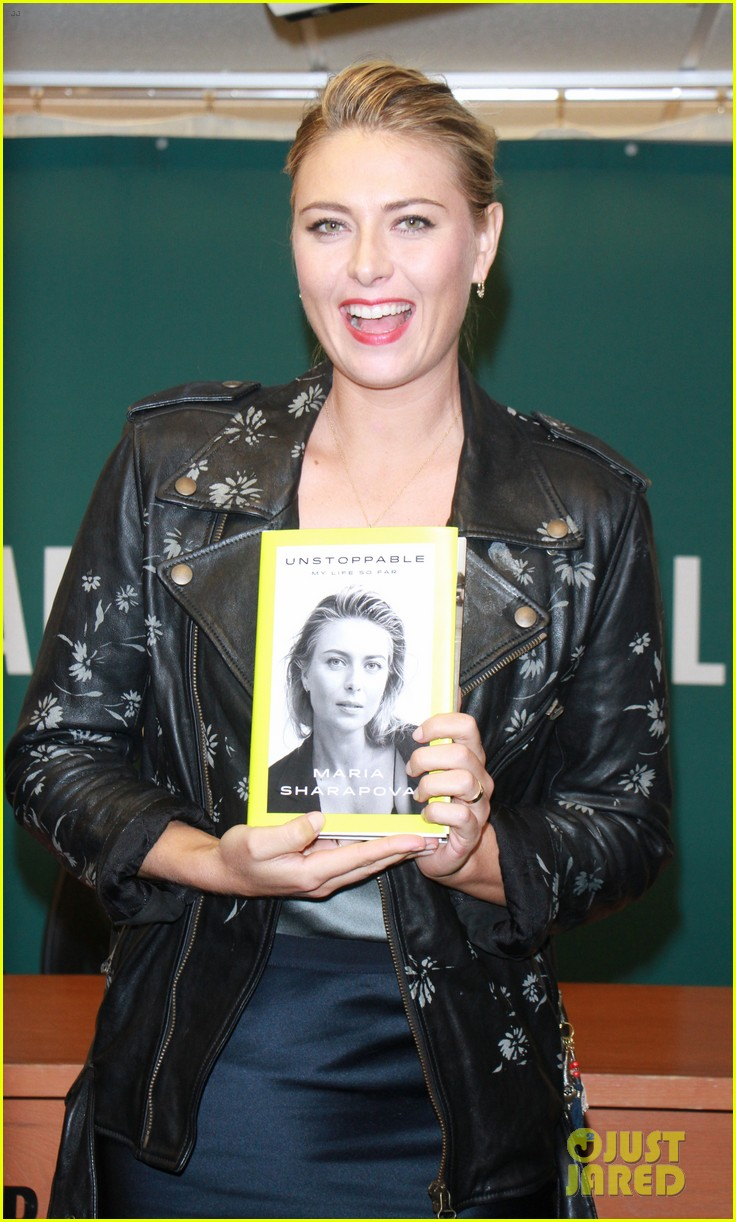 maria sharapova signs copies of her authobiography in nyc 013956219