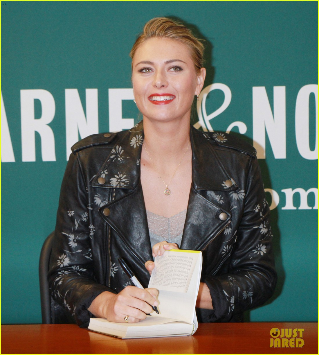 maria sharapova signs copies of her authobiography in nyc 093956212