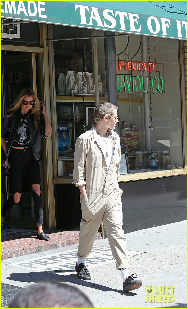 kristen stewart and stella maxwell couple up for lunch date 103949265