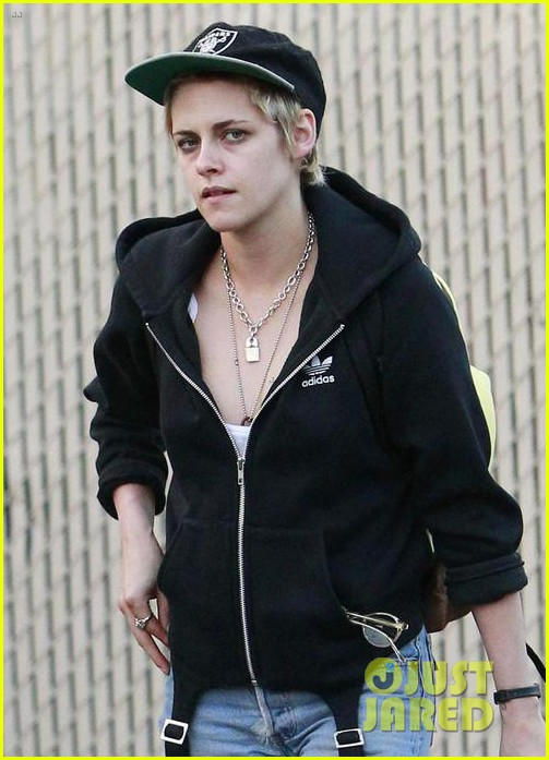 kristen stewart grabs dinner with emma roberts in los feliz 033962145