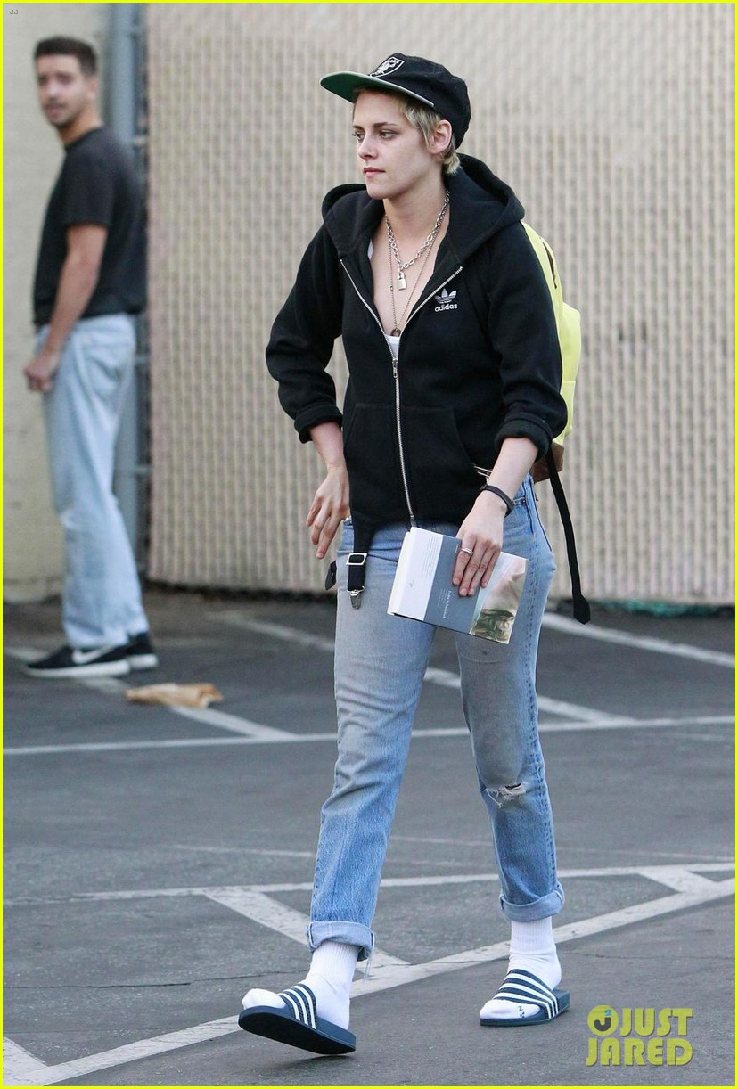 kristen stewart grabs dinner with emma roberts in los feliz 103962152