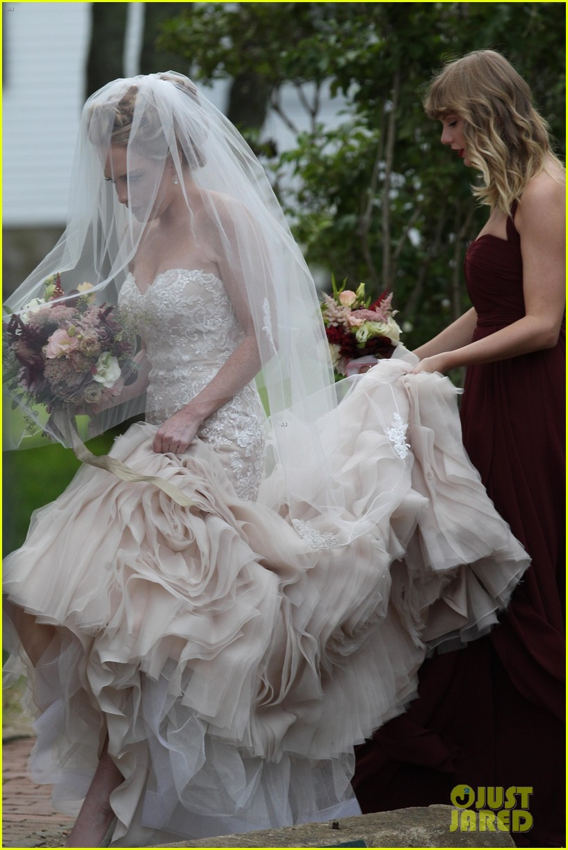 taylor swift serves as bridesmaid at bff abigails wedding 023949581