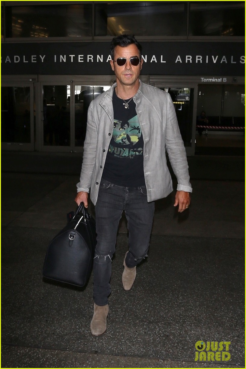 justin theroux arrives at lax 043956432