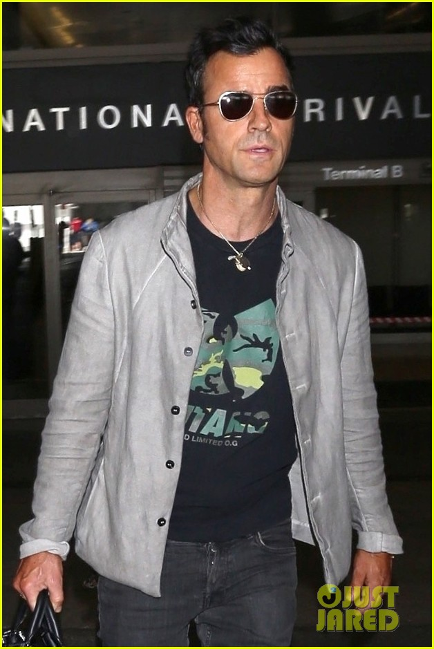 justin theroux arrives at lax 053956433