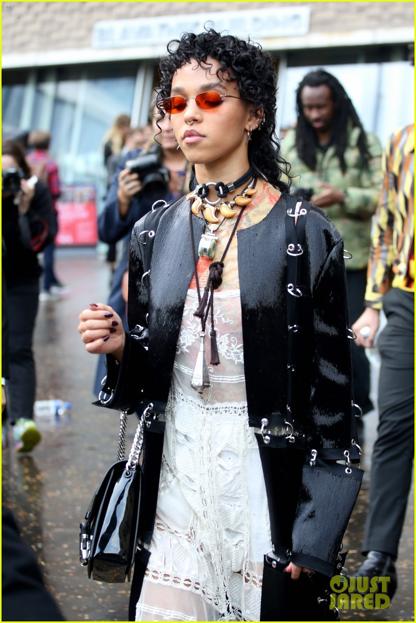 fka twigs salma hayek check out christopher kane fashion show 033960926
