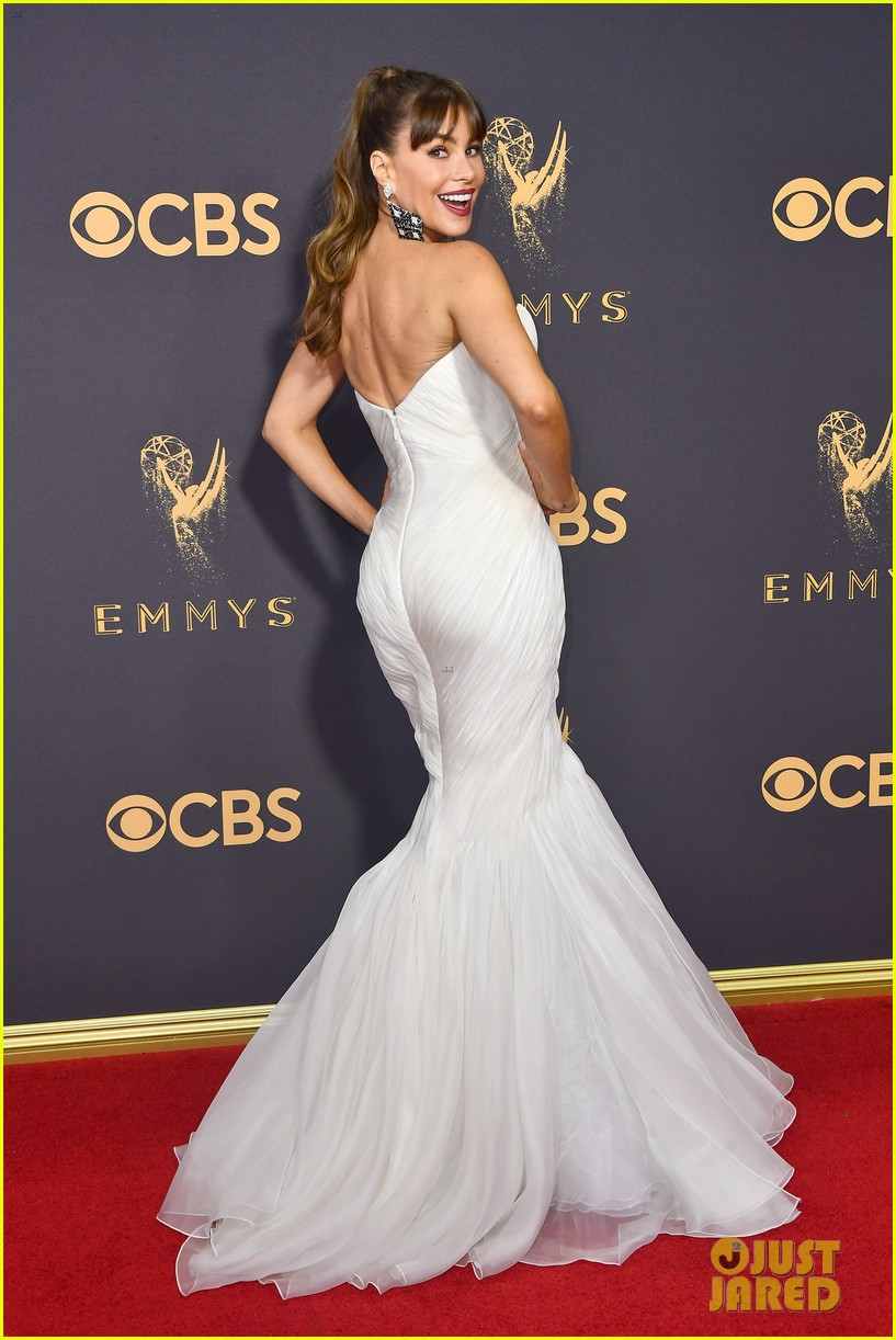 sofia vergara shows off her curves at emmys 2017 023959076