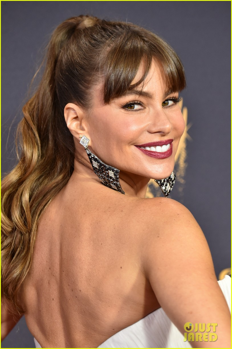 sofia vergara shows off her curves at emmys 2017 053959079