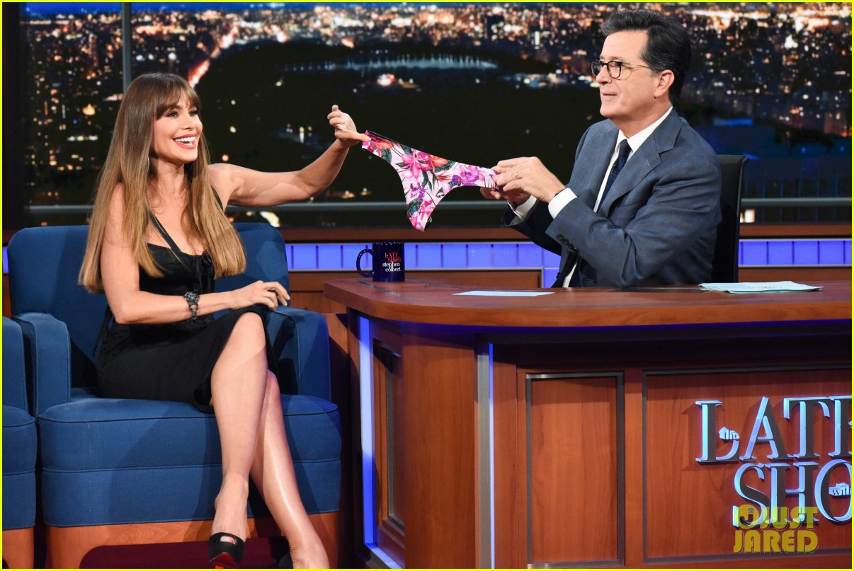 sofia vergara gives stephen colbert her underwear on late show 023965371