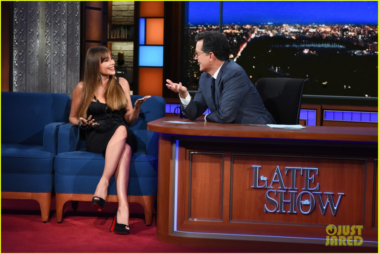 sofia vergara gives stephen colbert her underwear on late show 033965372