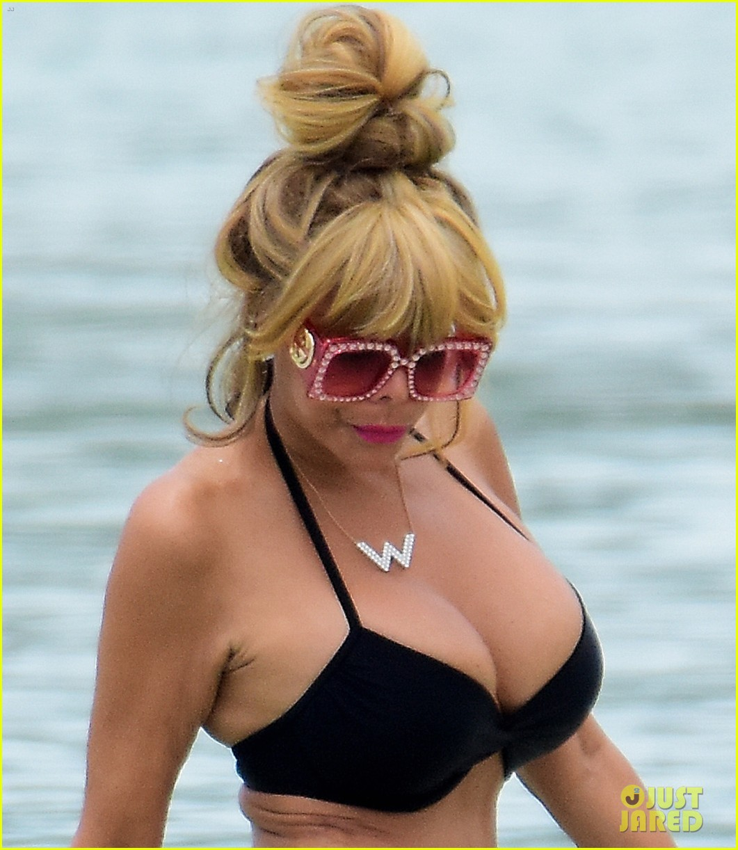 wendy williams flaunts slim figure in a bikini 023955883