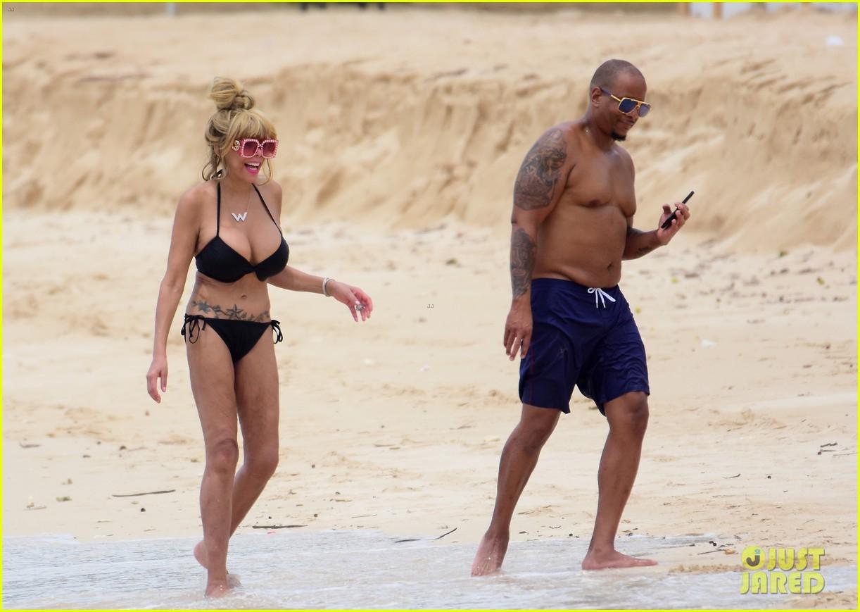wendy williams flaunts slim figure in a bikini 033955884
