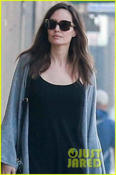angelina jolie gets ice cream while halloween shopping 043980087