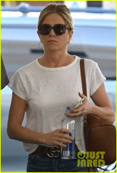 jennifer aniston steps out after donating to puerto rico relief 013974250
