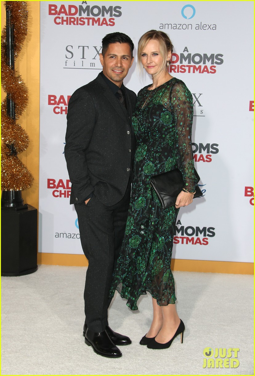 kristen bell justin hartley bring spouses to a bad moms christmas premiere 053980200