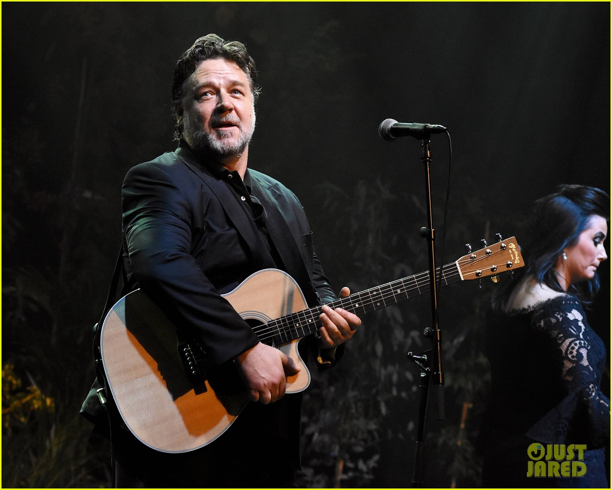 russell crowe closes out tour with band indoor garden party in dublin 013967068