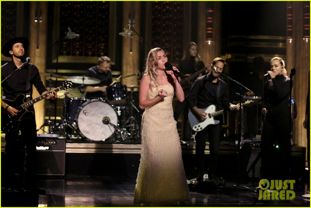 miley cyrus performs the climb on fallon as message of unity 033967297
