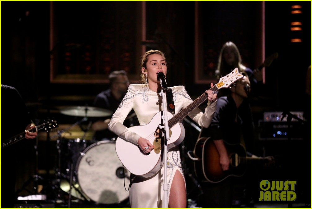 miley cyrus performs week without you on the tonight show 023967863