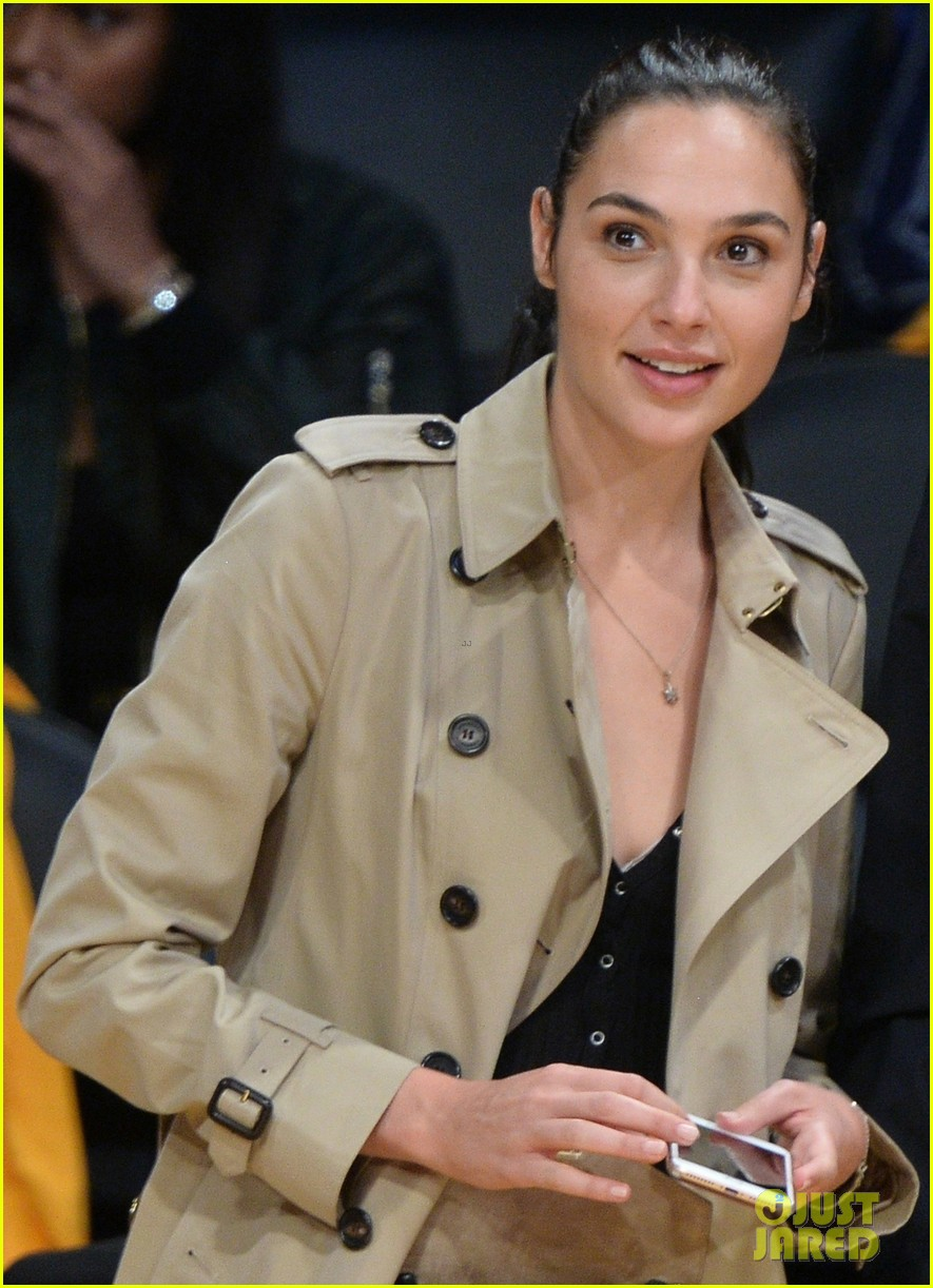 gal gadot runs into a blackish star at lakers clippers game 013975690