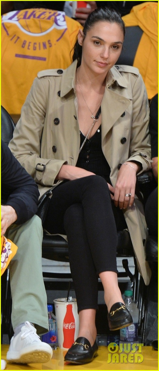 gal gadot runs into a blackish star at lakers clippers game 063975695
