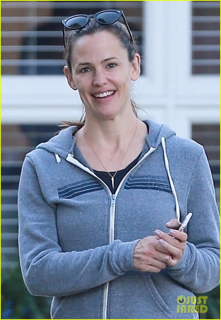 jennifer garner braves the la heat for a trip to the pumpkin patch 023978659