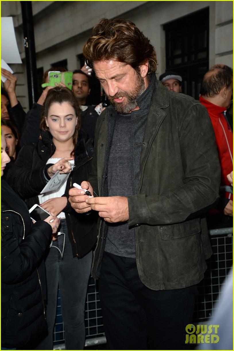 gerard butler meets fans in london 033975742