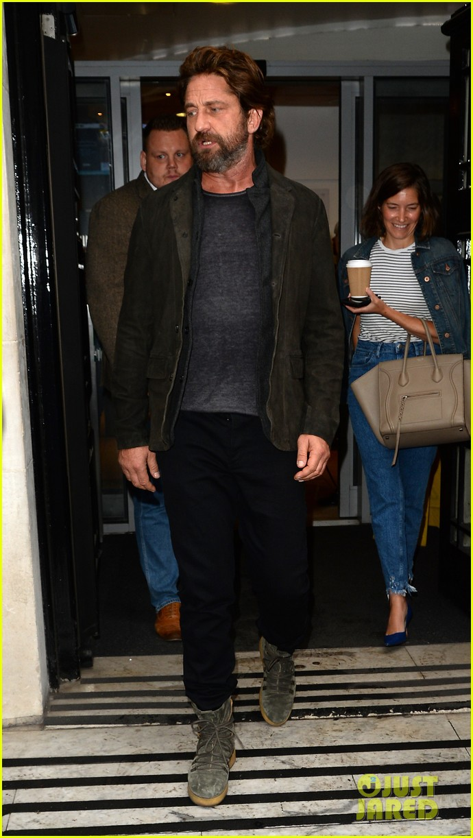 gerard butler meets fans in london 053975744