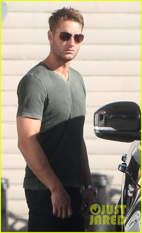 justin hartley shows off his buff biceps at the gym 023966622