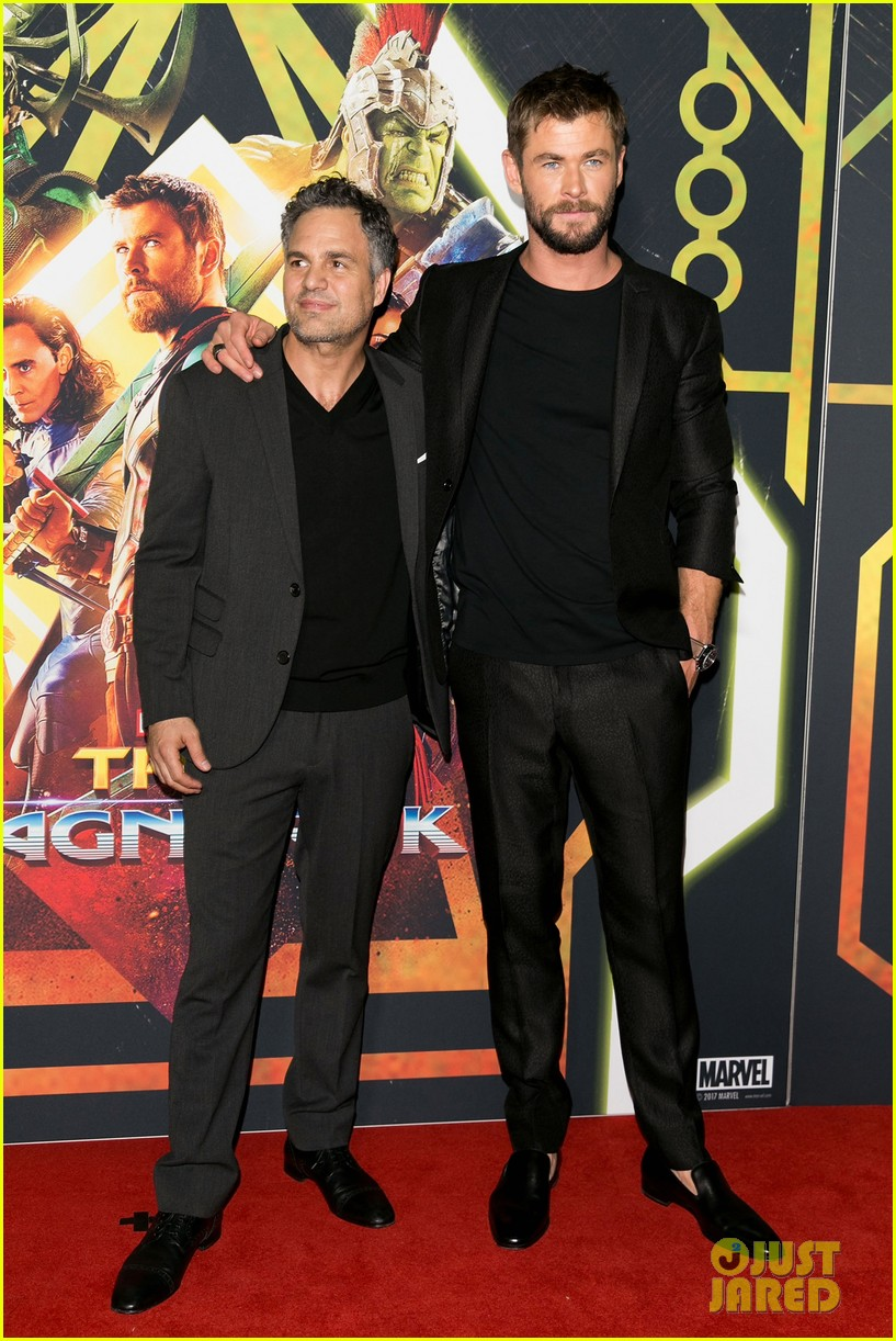 chris hemsworth mark ruffalo buddy up for thor screening in australia 043972716