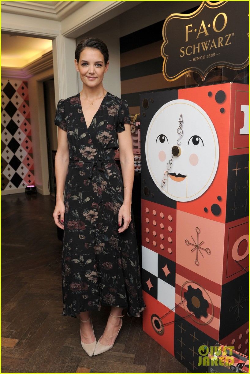katie holmes attends launch of fao schwartz holiday toy collection 023977518