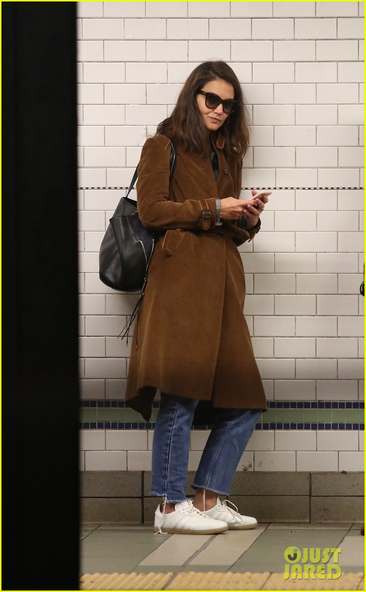 katie holmes rides the subway just like the rest of us 013972984