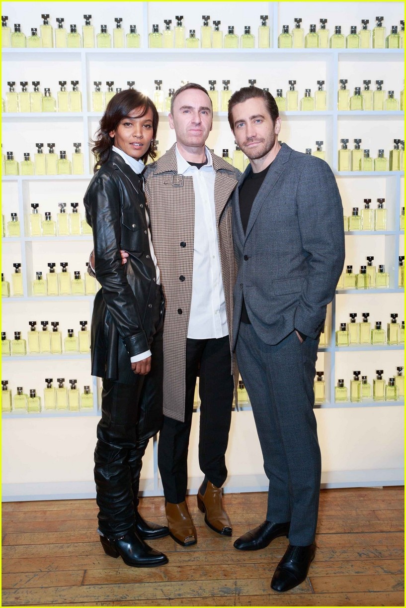 jake gyllenhaal celebrates new calvin klein with sister maggie 093975476