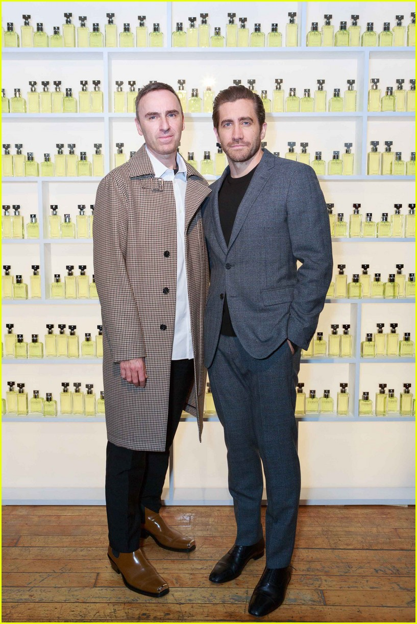 jake gyllenhaal celebrates new calvin klein with sister maggie 103975477