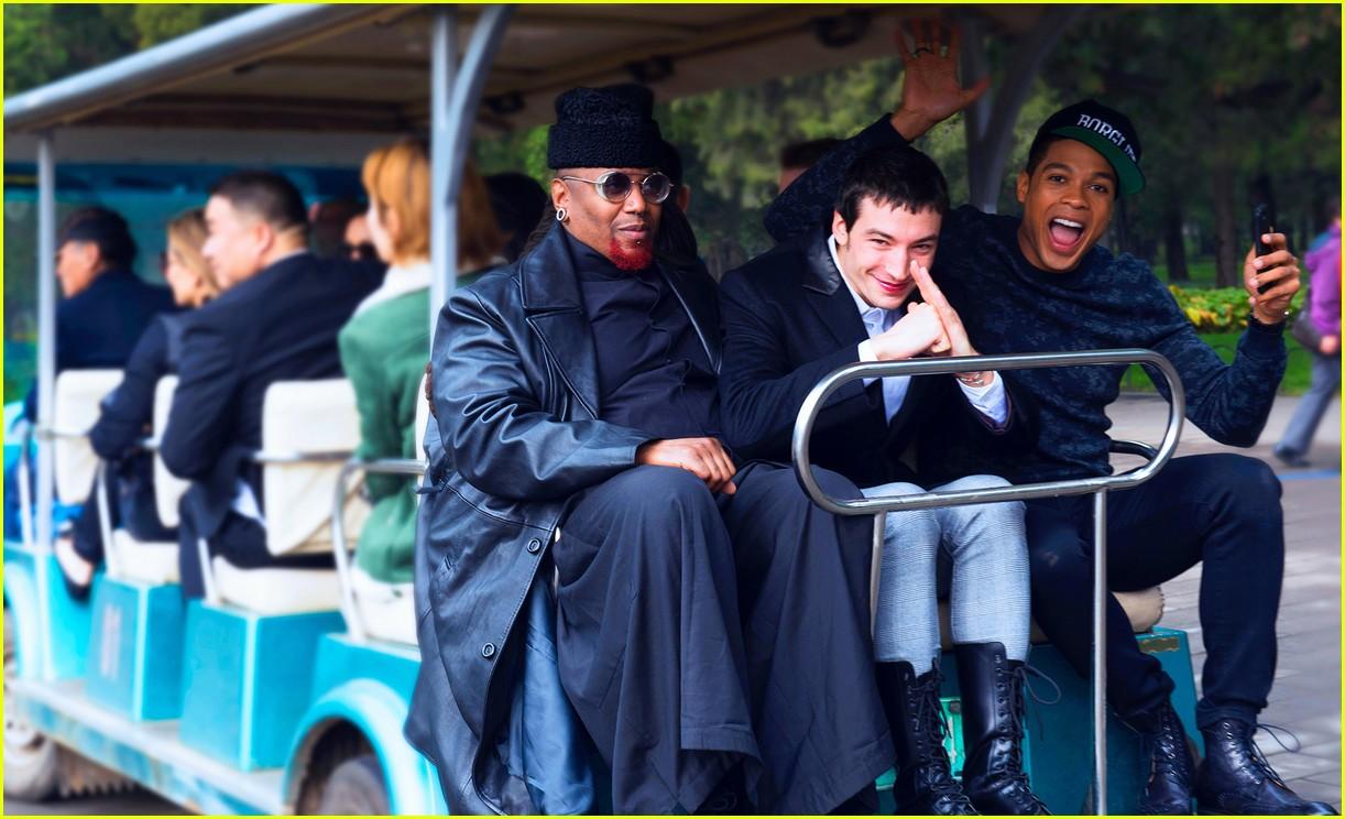 justice league cast tours china 093980014