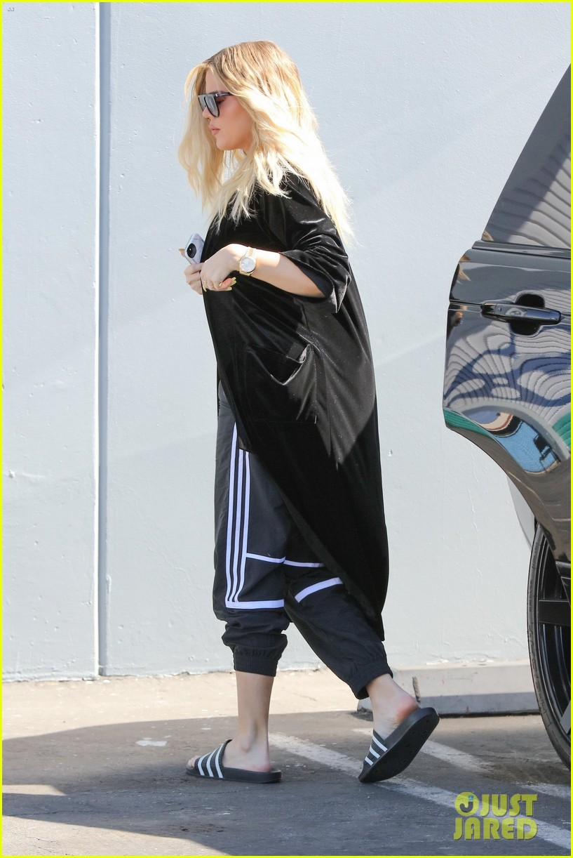 khloe kardashian holds clothes over baby bump to cover up 013970668