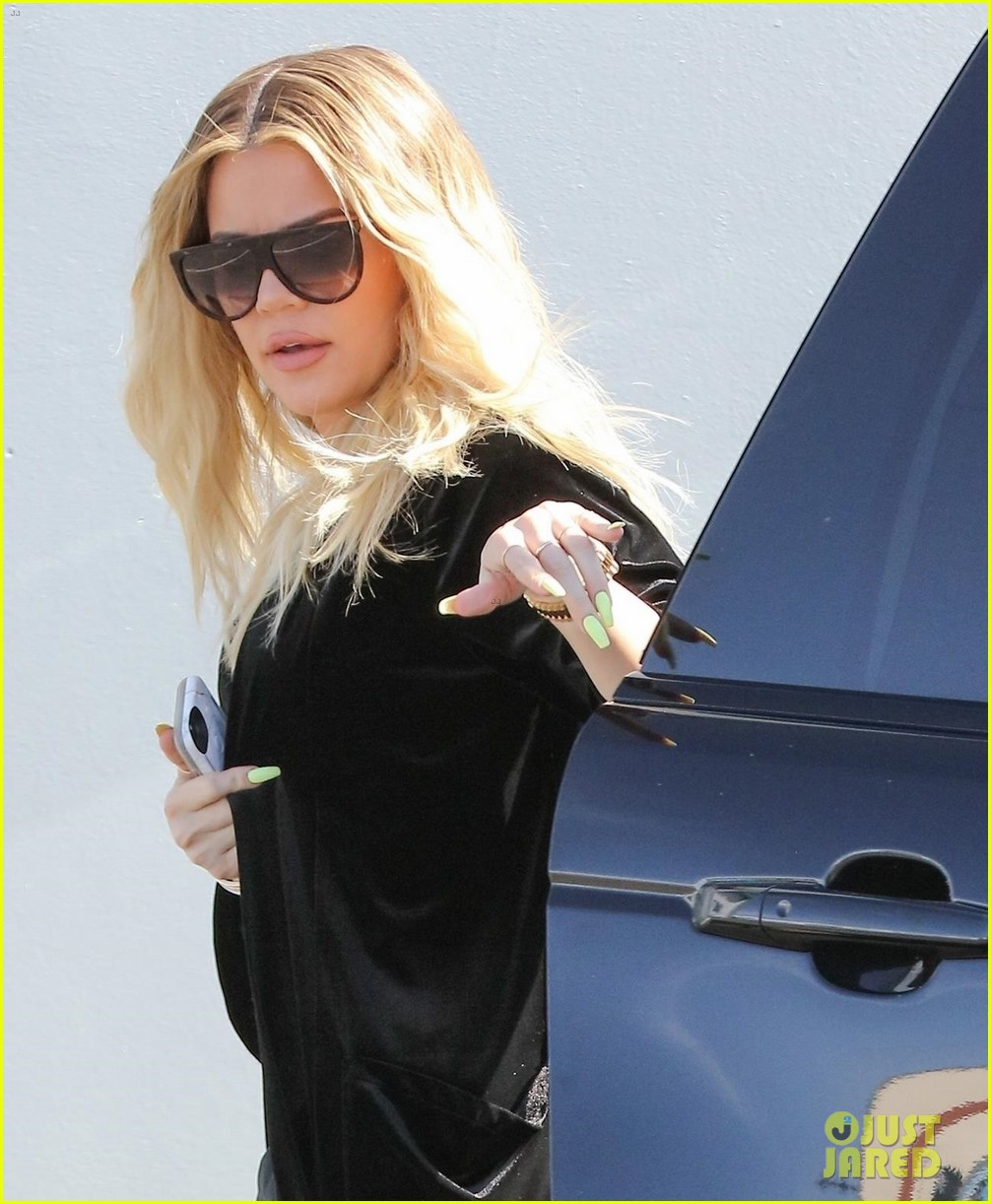 khloe kardashian holds clothes over baby bump to cover up 043970671