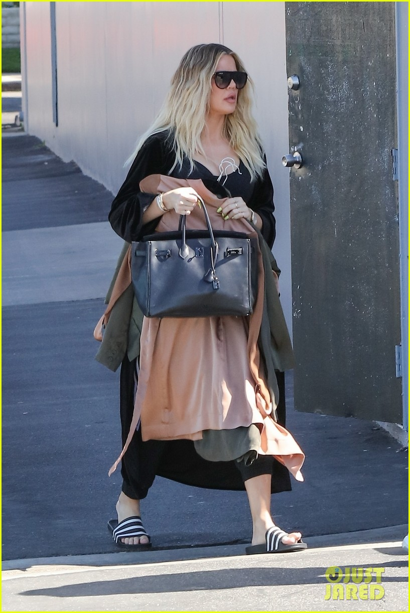 khloe kardashian holds clothes over baby bump to cover up 053970672