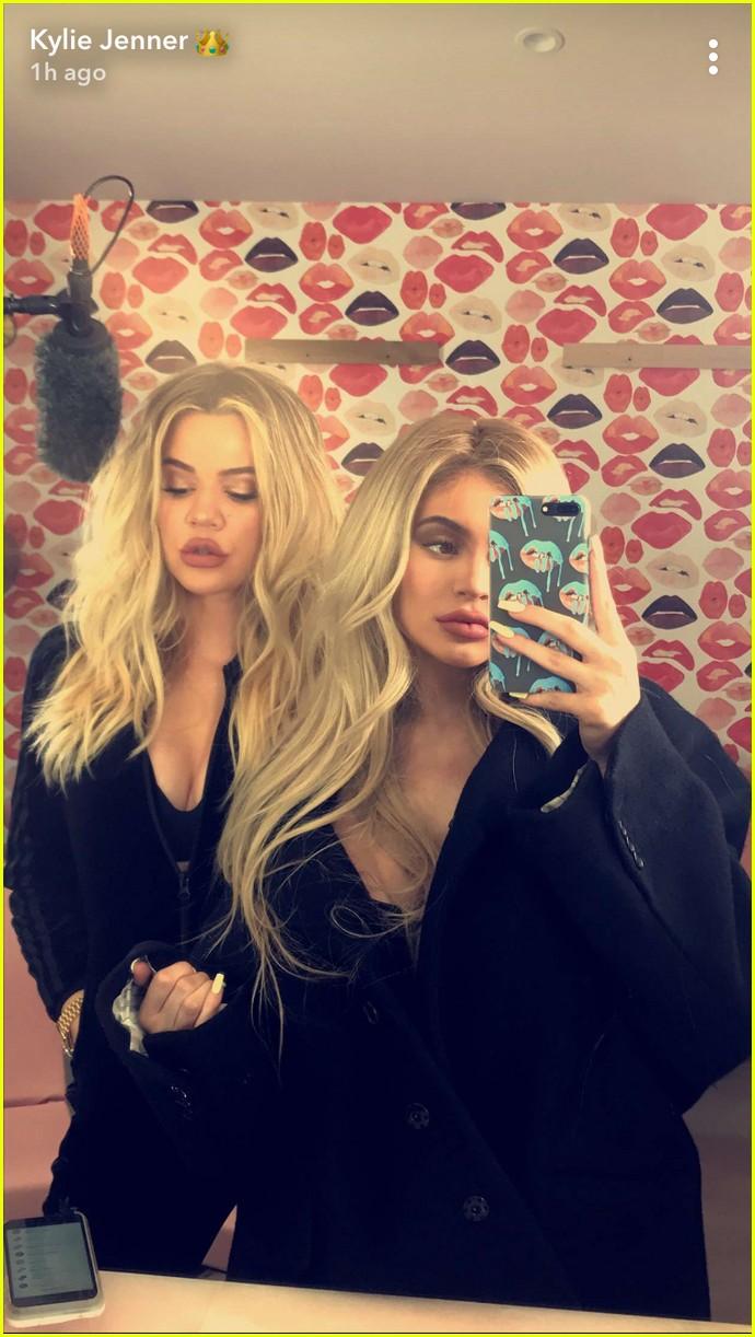 pregnant sisters khloe kardashian kylie jenner snap selfies 023970192
