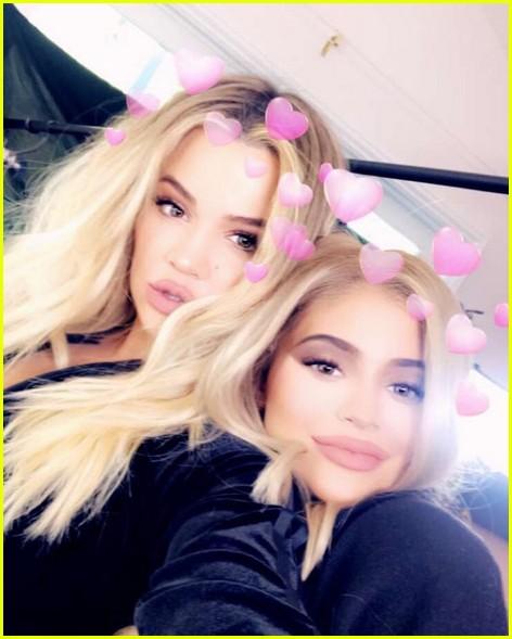 pregnant sisters khloe kardashian kylie jenner snap selfies 033970193