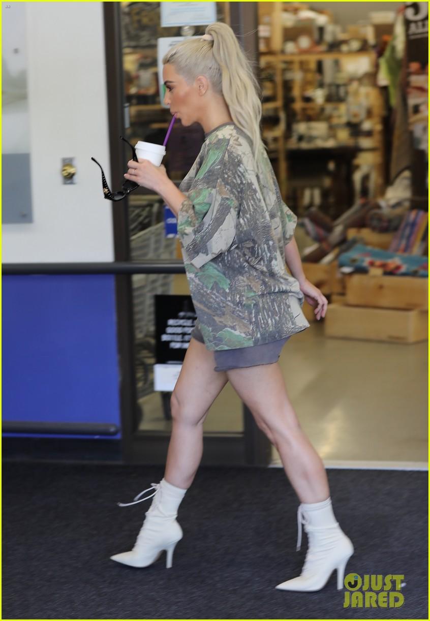 Kim Kourtney Kardashian Go Shopping For Baby Essentials Photo