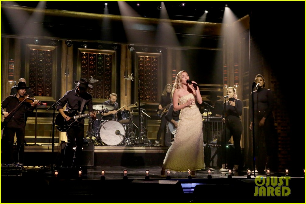 miley cyrus performs the climb on jimmy fallon 083967247