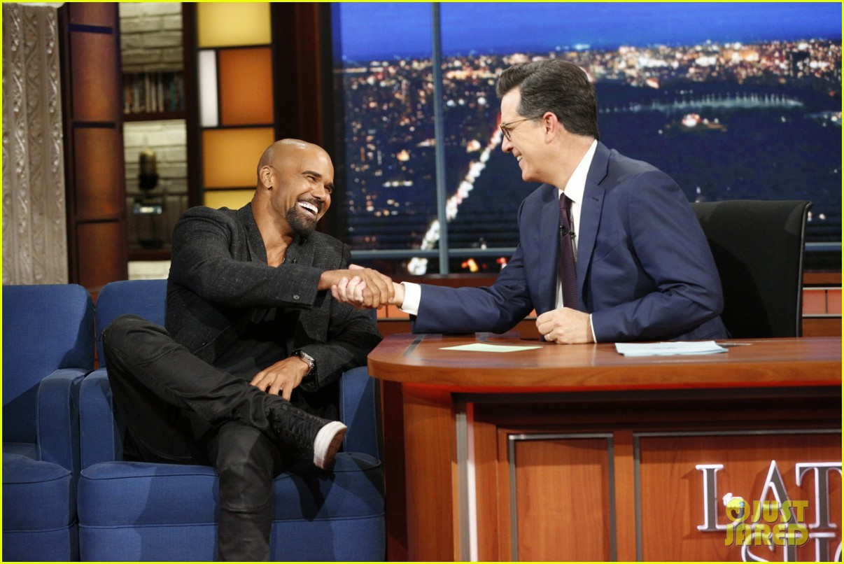 shemar moore reveals he does 500 sit ups a day shows off abs 023977646