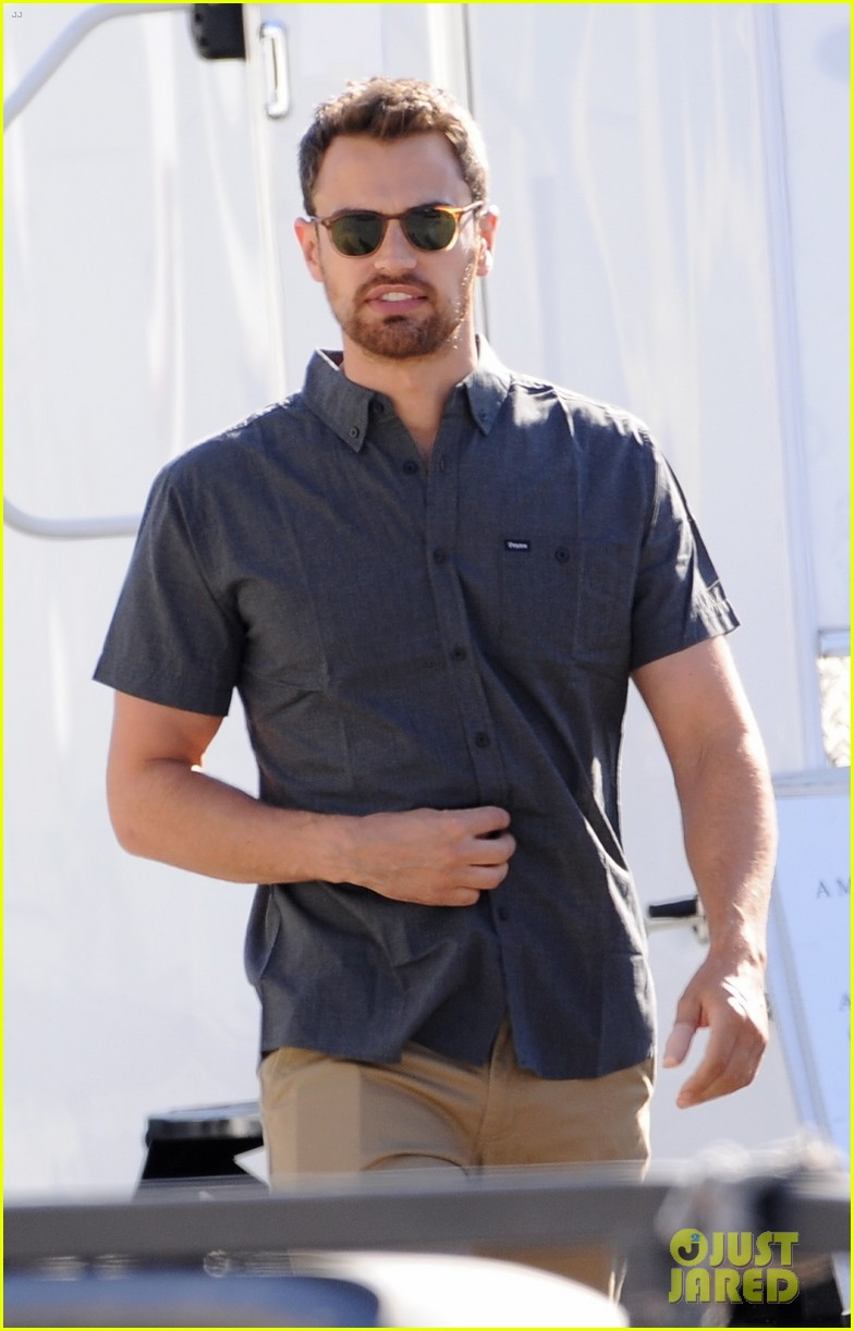 emily ratajkowski theo james film lying straling in la 053978619