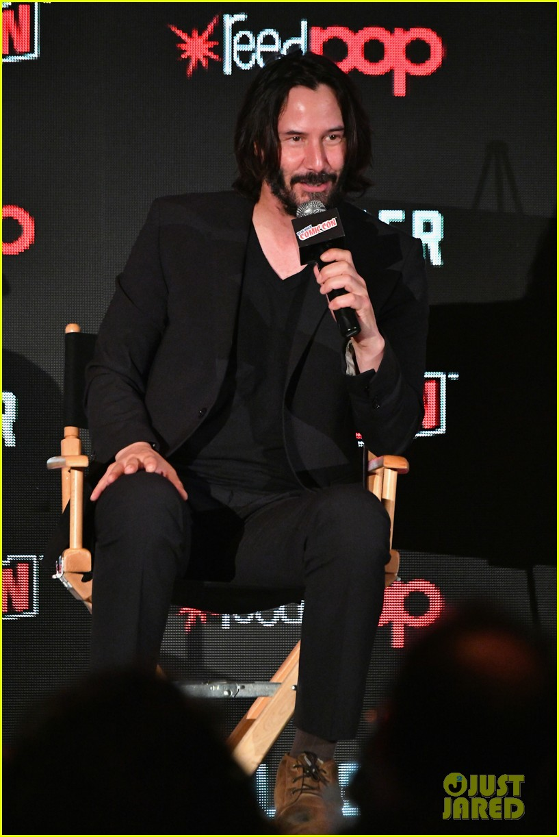 keanu reeves debuts first trailer for replicas at new york comic con 2017 063968944