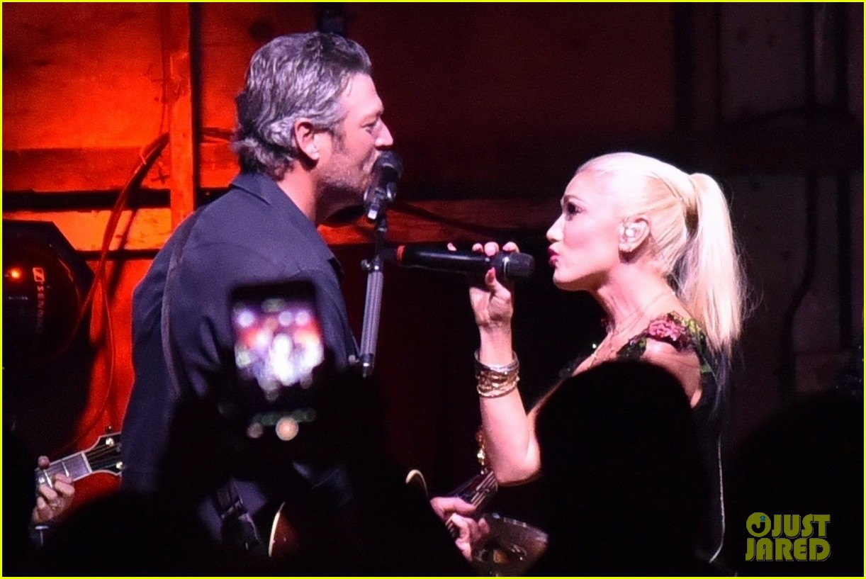 gwen stefani joins blake shelton at grand opening of his new restaurant 033966618