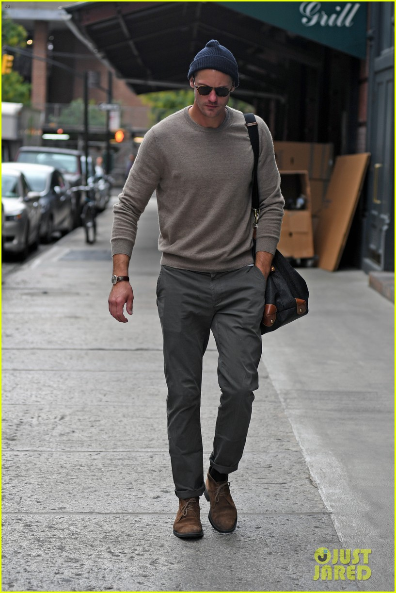 alexander skarsgard is embracing sweater weather in nyc 033978293