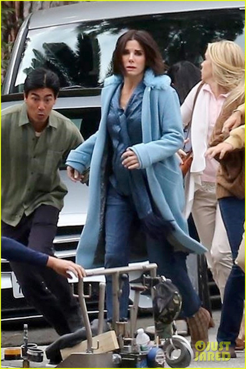 sandra bullock shows off her shorter hair on set of bird box 033982581