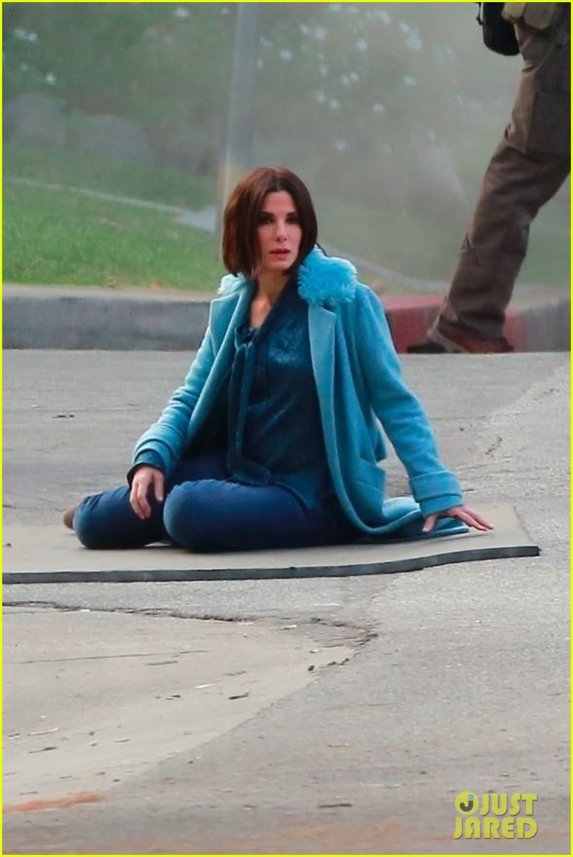 sandra bullock shows off her shorter hair on set of bird box 053982578