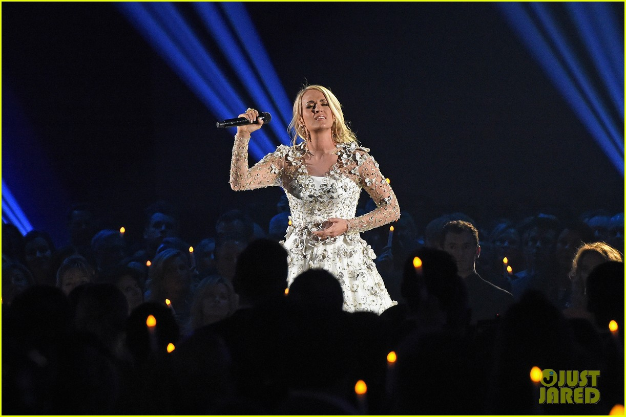 Carrie underwood performs 39 softly and tenderly 39 during 39 in for Carrie underwood softly and tenderly