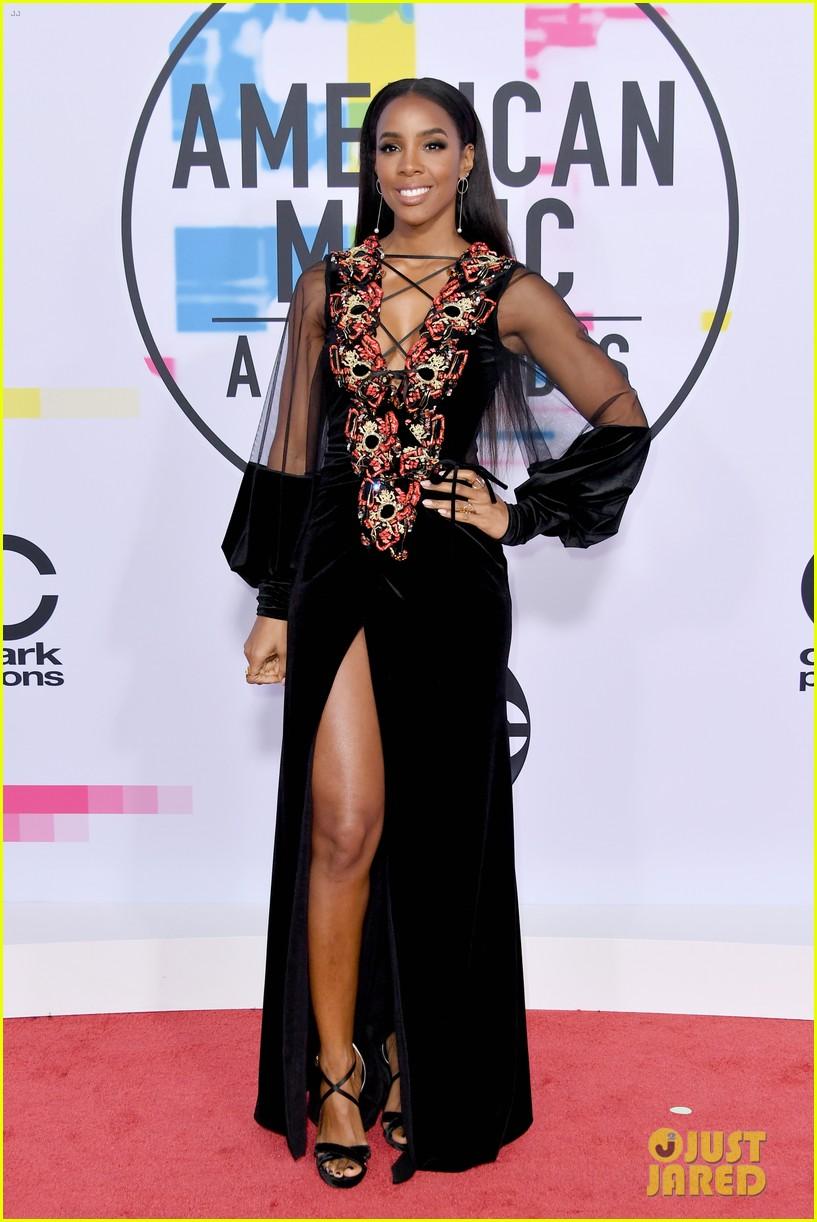 ciara kelly rowland show off some leg at amas 2017 013989977