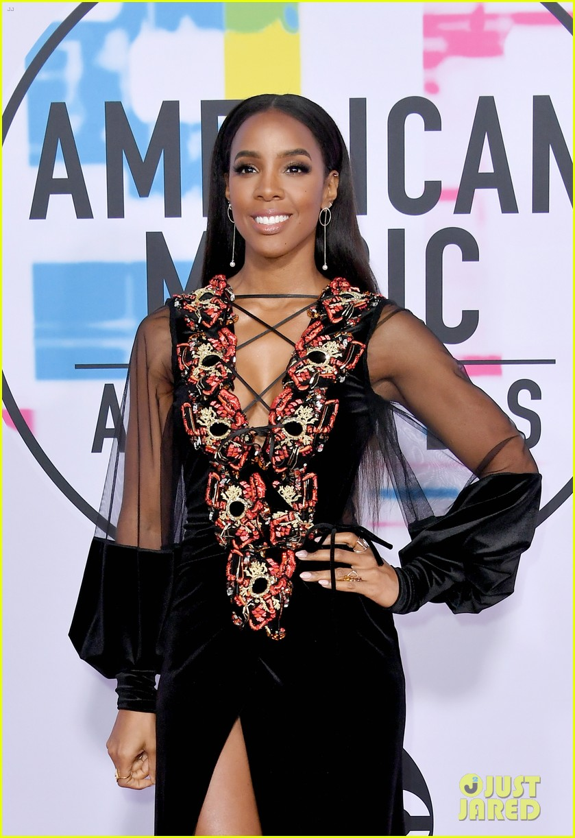 ciara kelly rowland show off some leg at amas 2017 053989981